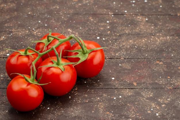 Zamknij Widok Z Przodu świeże Czerwone Pomidory Dojrzałe I Całe Na Drewnianym Brązowym Tle Kolor żywności Roślinnej Darmowe Zdjęcia