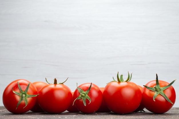 Zamknij Widok Z Przodu świeże Pomidory Czerwone Dojrzałe Na Białym Tle żywność Kolor Warzyw Owoców Darmowe Zdjęcia