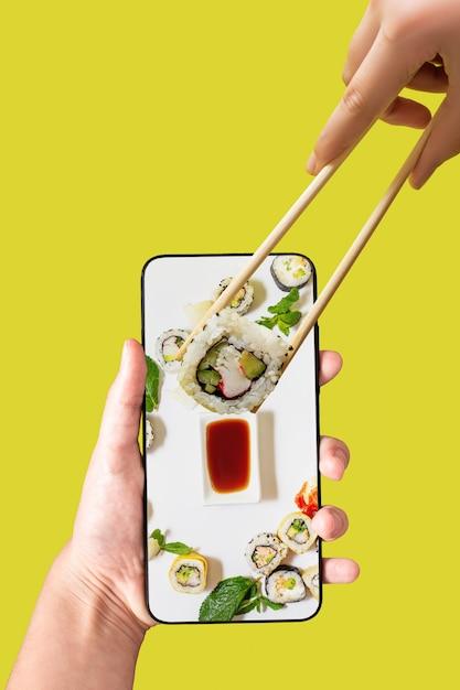 Zamów Zestaw Sushi Za Pomocą Aplikacji Na Telefon Komórkowy Premium Zdjęcia