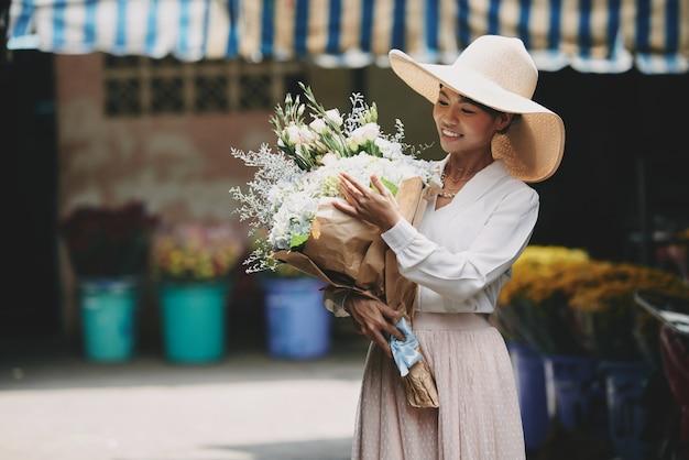 Zamożna, Elegancka Azjatka Podziwiająca Duży Bukiet Zakupiony W Kwiaciarni Darmowe Zdjęcia