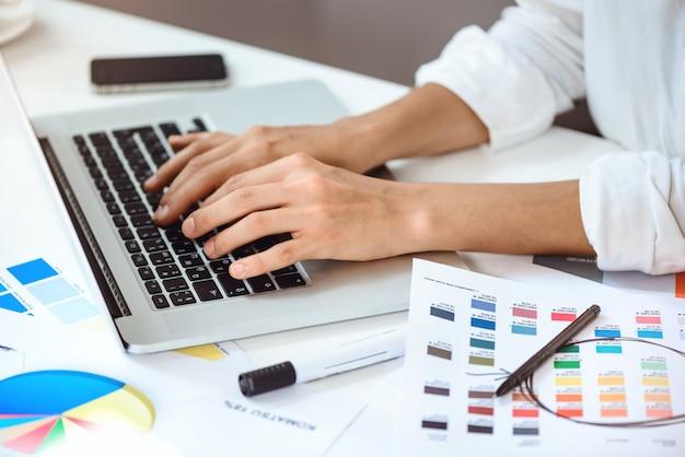 Zamyka Up Bizneswoman Ręki Pisać Na Maszynie Na Laptopie Przy Worplace. Darmowe Zdjęcia