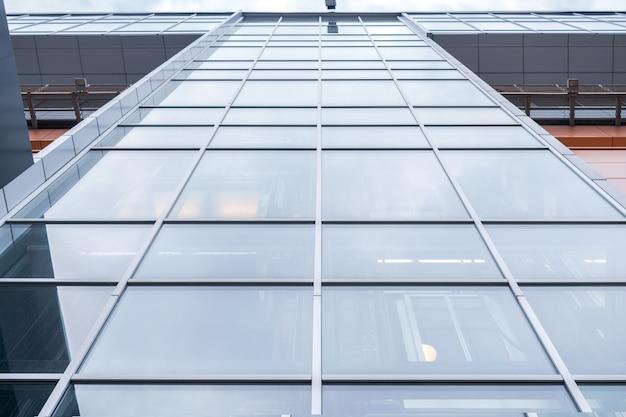 Zamyka up budynek biurowy z lustrzanymi okno Premium Zdjęcia