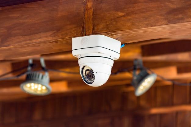 Zamyka Up Cctv Kamera Bezpieczeństwa Na Suficie W Budynku Premium Zdjęcia