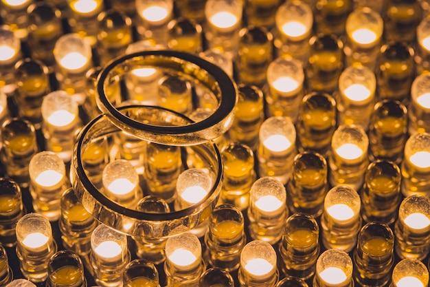 Zamyka up diamentowe obrączki ślubne z selekcyjną ostrością Premium Zdjęcia
