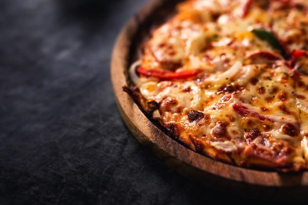 Zamyka Up Domowej Roboty Pizza. Premium Zdjęcia