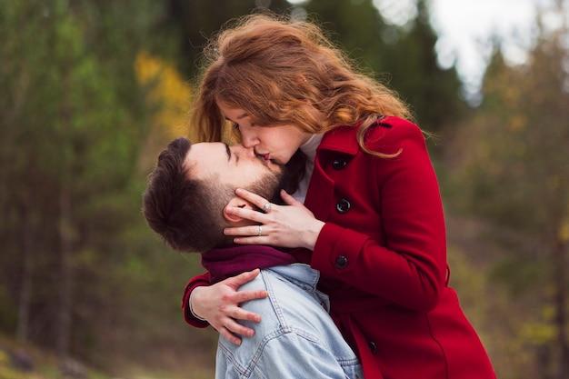 Zamyka Up Mężczyzna Całowania Kobieta Darmowe Zdjęcia