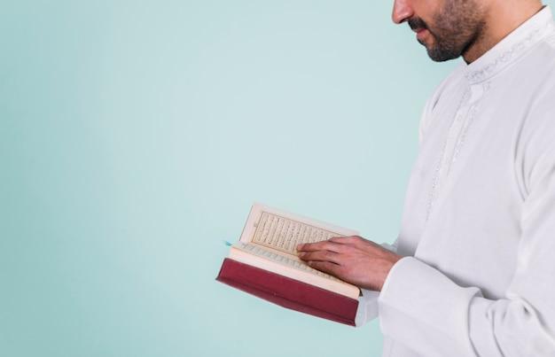 Zamyka Up Mężczyzna Czytanie W Korku Premium Zdjęcia