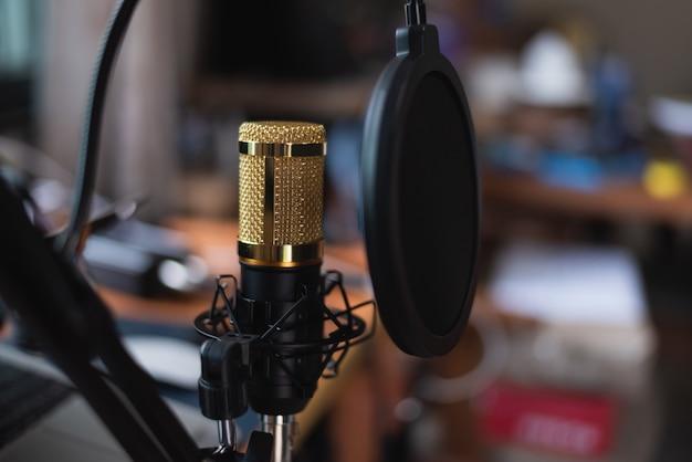 Zamyka Up Mikrofon Przy Muzycznym Studiiem, Muzyczny Pojęcie Premium Zdjęcia