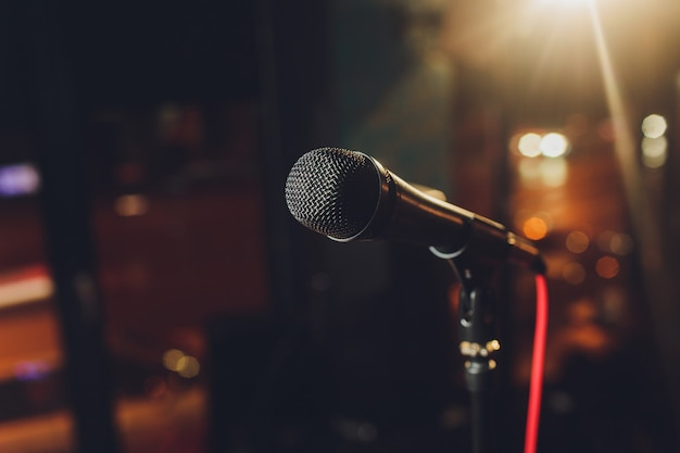 Zamyka Up Mikrofon W Filharmonii Lub Sala Konferencyjnej. Premium Zdjęcia