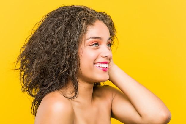 Zamyka up młodego amerykanina afrykańskiego pochodzenia piękny i makijaż kobiety pozować Premium Zdjęcia