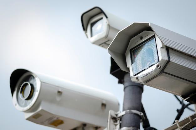 Zamyka Up Ochrony Cctv Kamery Na Latarni W Parku Premium Zdjęcia