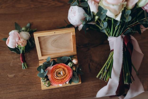 Zamyka up pastelowy ślubny bukiet z obrączkami ślubnymi Premium Zdjęcia