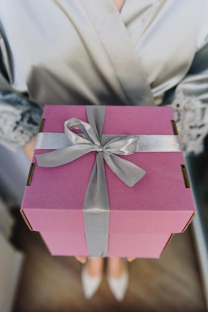 Zamyka Up Piękny Prezenta Pudełko W Rękach Młoda Caucasian Kobieta Premium Zdjęcia