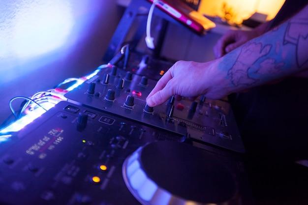 Zamyka Up Ręki Muzyczny Inżynier Pracuje Na Studiu Premium Zdjęcia