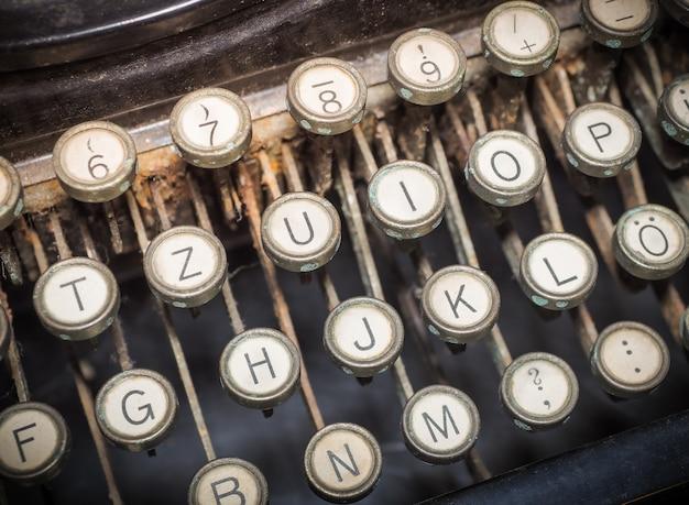 Zamyka up rocznik fasonująca maszyna do pisania. Premium Zdjęcia