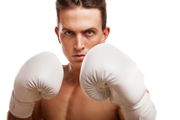 Zamyka Up Srogi Męski Bokser Trzyma Up Jego Pięści W Bokserskich Rękawiczkach Premium Zdjęcia
