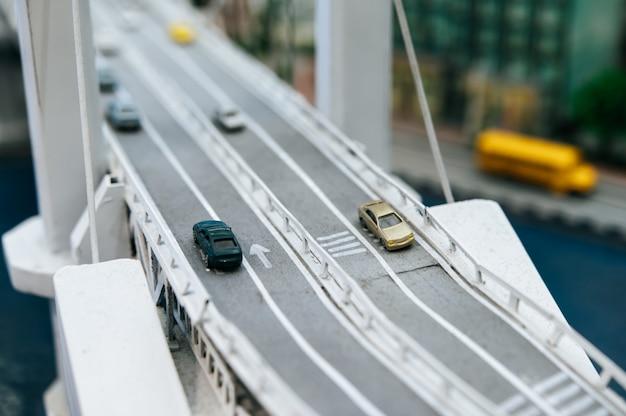 Zamyka Up Wzorcowi Mali Samochody Na Wiadukcie, Ruch Drogowy Pojęcia. Darmowe Zdjęcia