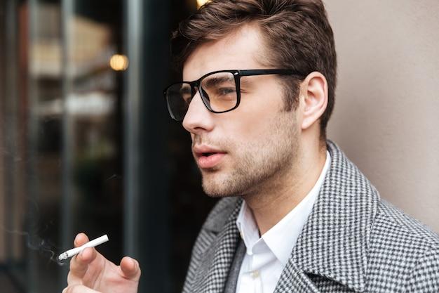 Zamyka W Górę Bocznego Widoku Poważny Biznesmen W Eyeglasses Darmowe Zdjęcia