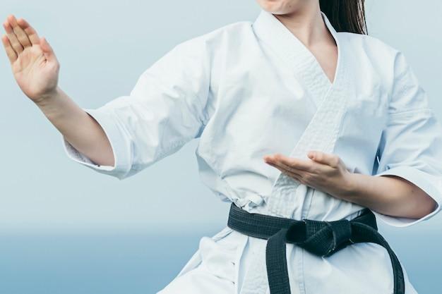 Zamyka W Górę Fotografii Nieznana żeńska Karate Atleta Przygotowywa Atakować Premium Zdjęcia