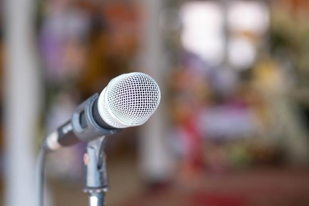 Zamyka W Górę Mikrofonu Odizolowywającego Na Plamy Tle. Premium Zdjęcia