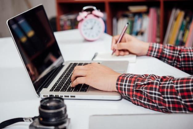Zamyka w górę młodego człowieka działanie, mądrze telefon i laptop Darmowe Zdjęcia