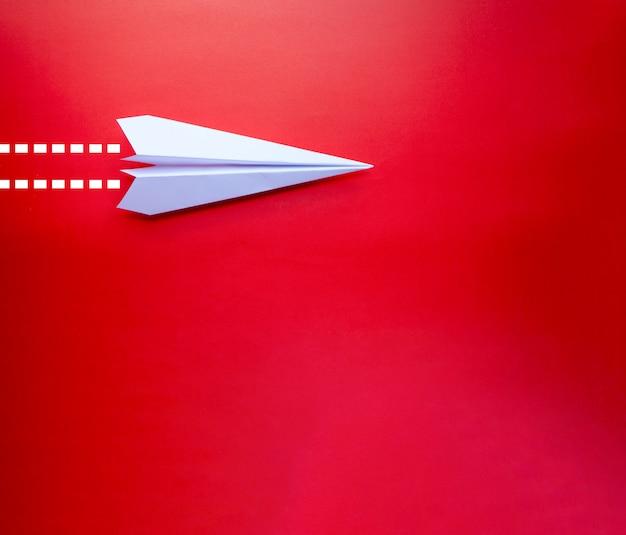 Zamyka w górę papierowego samolotu z odosobnionym tłem Premium Zdjęcia