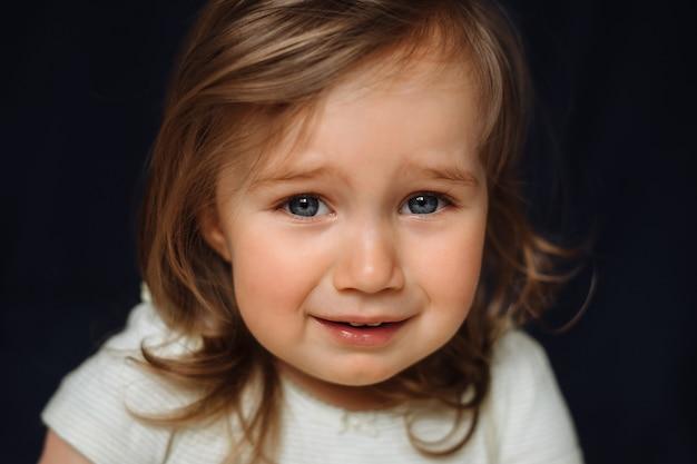 Zamyka W Górę Portreta Płaczu Małe Dziecko Na Czerni Premium Zdjęcia