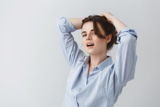 Zamyka W Górę Portreta Robi Sobie Fryzurę Z Szczęśliwym I Radosnym Wyrażeniem Młoda Kobieta. Darmowe Zdjęcia