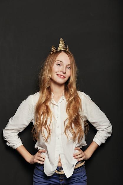Zamyka W Górę Portreta Urocza Dziewczyna Z Złotym Korony Mieniem Han Darmowe Zdjęcia