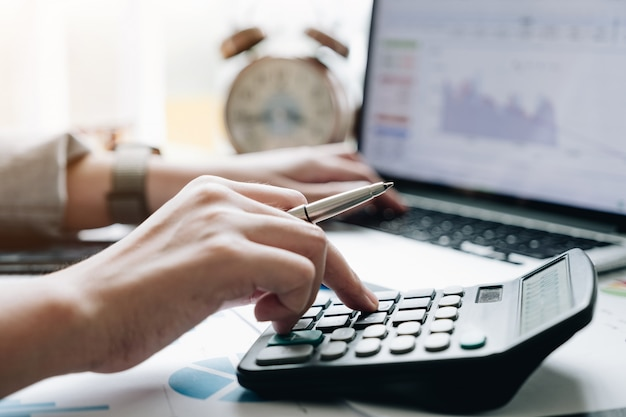 Zamyka W Górę Widoku Księgowego Lub Inspektora Finansowego Ręki Robi Raportowi, Oblicza Lub Sprawdza Równowagę. Premium Zdjęcia