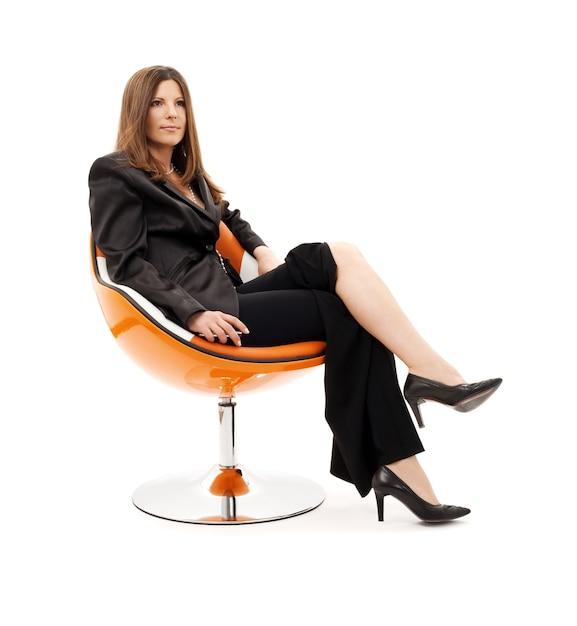Zamyślony Bizneswoman Z Telefonem Komórkowym Na Białym Premium Zdjęcia