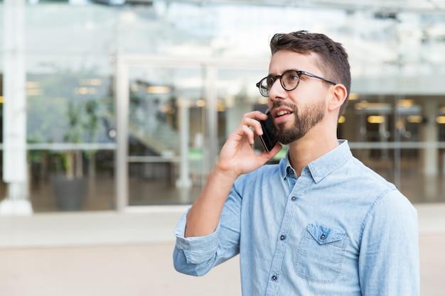 Zamyślony Facet W Okularach Mówi Na Telefon Darmowe Zdjęcia