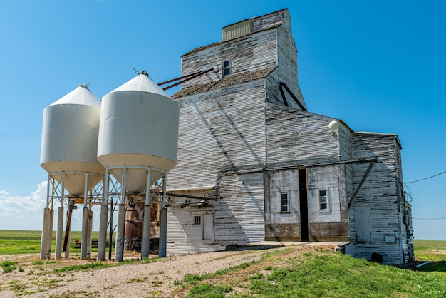 Zaniechana zbożowa winda pod niebieskim niebem w cabri, saskatchewan, kanada Premium Zdjęcia