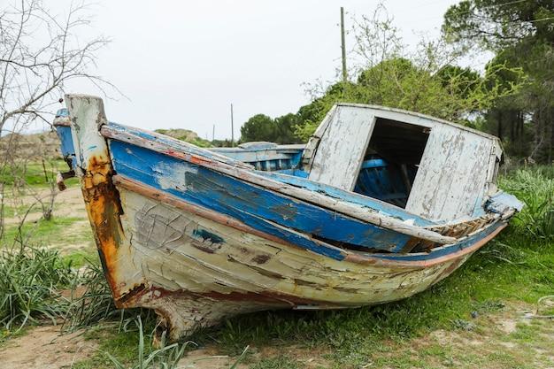 Zaniechany Stary Drewniany Statek W Naturze Premium Zdjęcia