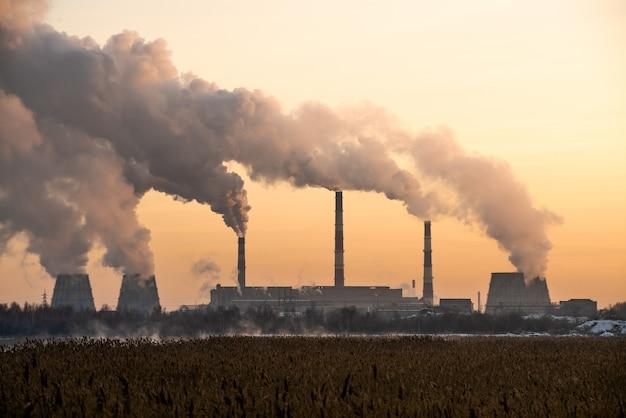 Zanieczyszczenia I Dym Z Kominów Fabryki Lub Elektrowni Premium Zdjęcia