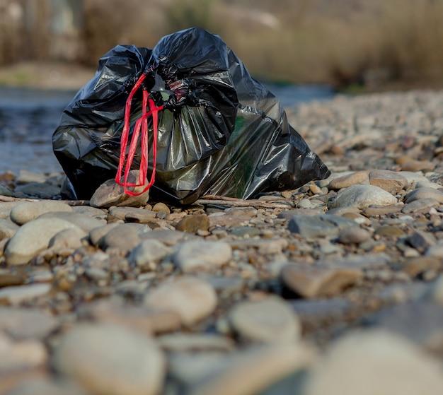 Zanieczyszczenie Rzeki W Pobliżu Brzegu, śmieci W Pobliżu Rzeki, Odpady żywnościowe Z Tworzyw Sztucznych, Przyczyniające Się Do Zanieczyszczenia Premium Zdjęcia