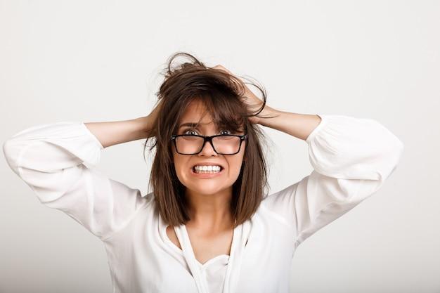 Zaniepokojona, Przygnębiona Kobieta W Kłębuszących Się Włosach Darmowe Zdjęcia