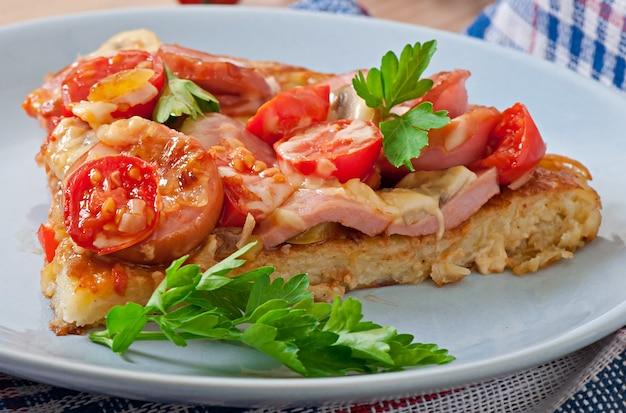 Zapiekanka Ziemniaczana - Pizza Z Kiełbasą, Pieczarkami I Pomidorami Darmowe Zdjęcia