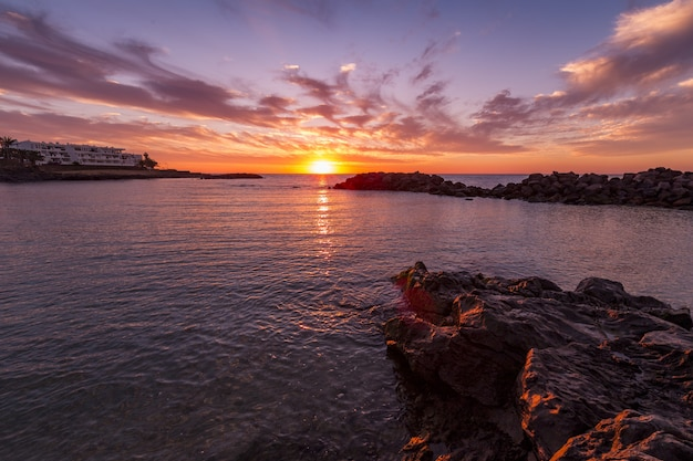 Zapierająca Dech W Piersiach Sceneria Pięknego Zachodu Słońca I Kolorowe Pochmurne Niebo Odbite W Morzu Darmowe Zdjęcia