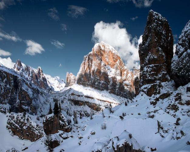 Zapierająca Dech W Piersiach Sceneria śnieżnych Skał W Dolomitach, Włoskich Alpach Zimą Darmowe Zdjęcia