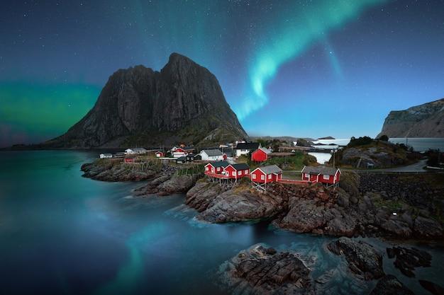 Zapierające Dech W Piersiach Krajobrazy Zorzy Polarnej Nad Wioską Nad Morzem W Pobliżu Skalistych Klifów Darmowe Zdjęcia