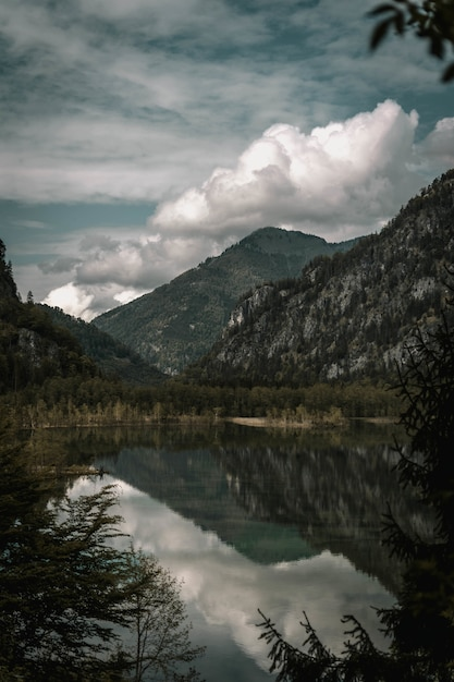 Zapierające Dech W Piersiach Ujęcie Gór Z Jeziorem Na Pierwszym Planie Pod Zachmurzonym Niebem Darmowe Zdjęcia