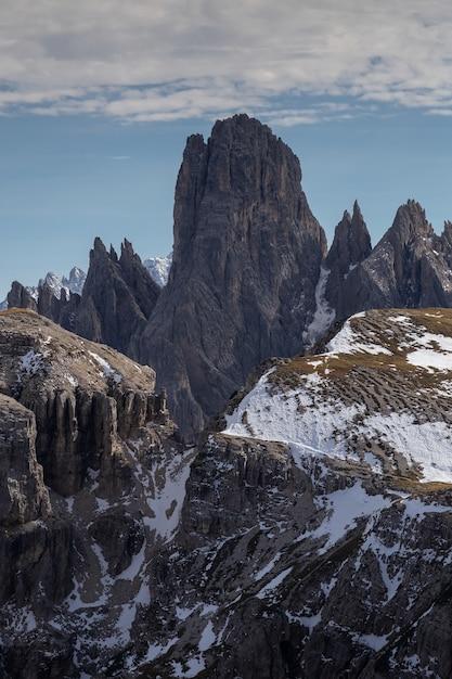 Zapierające Dech W Piersiach Ujęcie Zaśnieżonego Pasma Górskiego Cadini Di Misurina We Włoskich Alpach Darmowe Zdjęcia