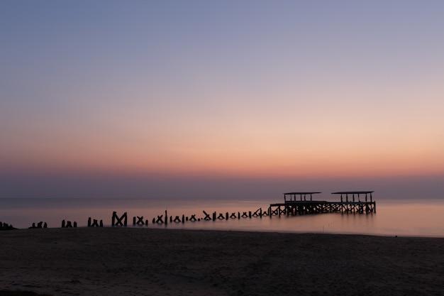 Zapierające Dech W Piersiach Widok Na Zepsuty Drewniany Pomost Na Oceanie Zrobione W Tajlandii Darmowe Zdjęcia