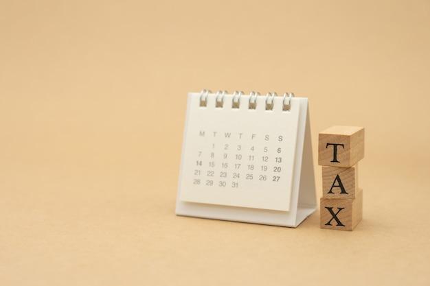 Zapłać roczny dochód (tax) za rok na kalkulatorze. Premium Zdjęcia