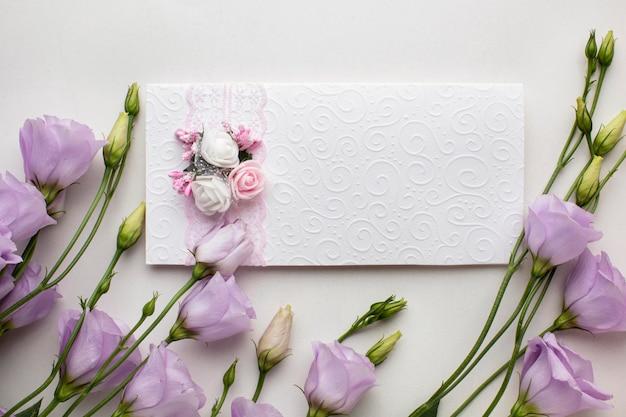 Zaproszenie Na ślub I Kwiaty Premium Zdjęcia