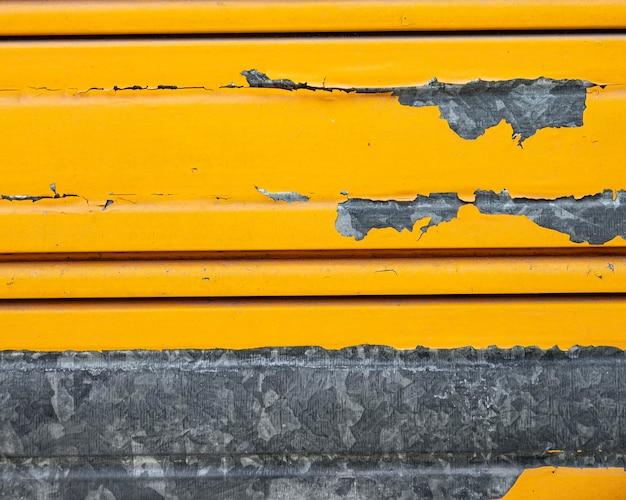 Zardzewiała Metalowa ściana Z żółtą Farbą Darmowe Zdjęcia