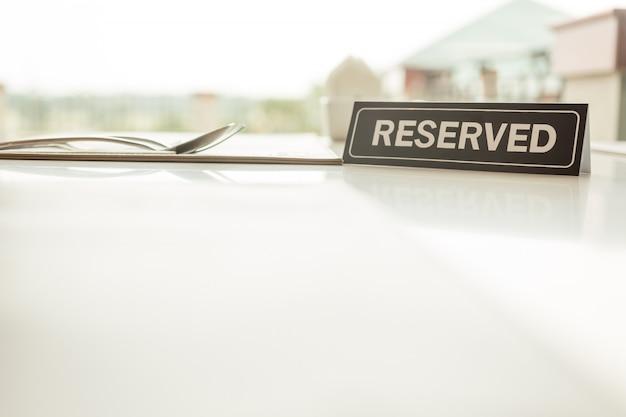 Zarezerwowany znak na stole Premium Zdjęcia