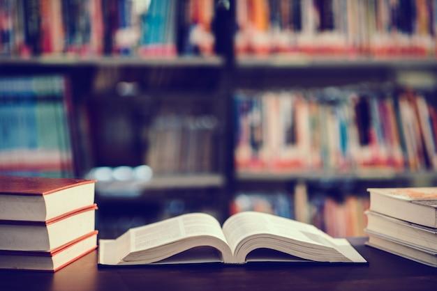 Zarezerwuj w bibliotece z otwartym podręcznikiem Darmowe Zdjęcia