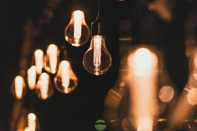 Żarówki w stylu retro. żarówki w ciemności Premium Zdjęcia